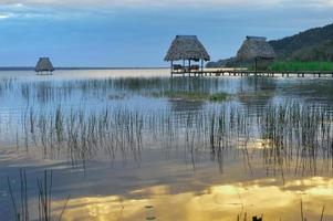 tidiga solnedgångar vid sjön peten itza foto