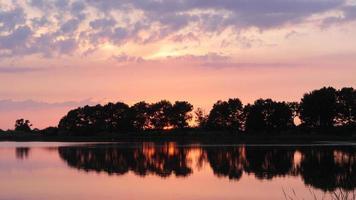 sjö vid solnedgången