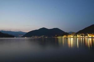 italy - porto ceresio och ceresio sjö foto