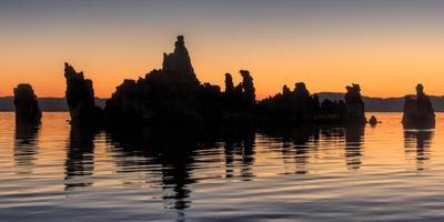mono lake tufas före soluppgången foto
