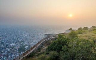 solnedgång vid fortet nahargarh och vyn till staden Jaipur foto