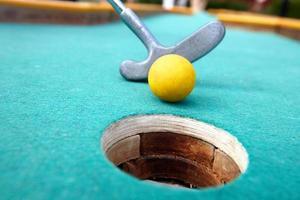 golfpinne och boll. foto