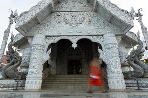 form av munken vid templet i Thailand foto
