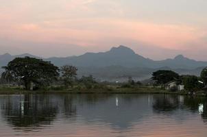 berg bakom sjön i Thailand