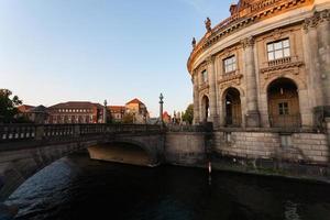 stadsbild av berlin, bro, bodemuseum och spree river foto