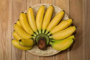färska bananer på trä foto