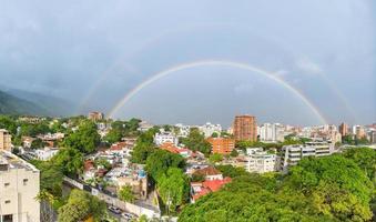spektakulär dubbel regnbåge med full cirkel över Caracas stad, Venezuela huvudstad foto