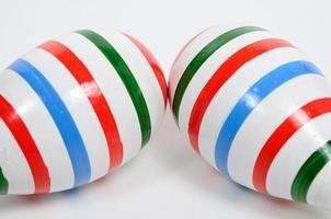 färgfodermålning på dubbla maracas. foto