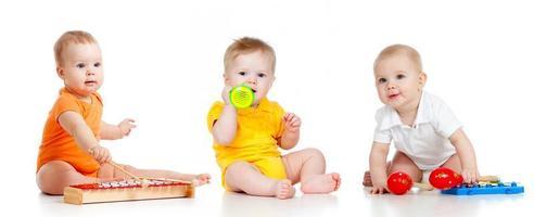 barn som leker med musikaliska leksaker. isolerad på vit bakgrund foto