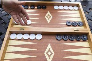backgammonbord och tärningar foto