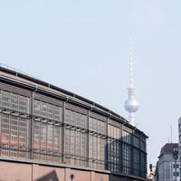 friedrichstrasse med fernsehturm vid berlin foto