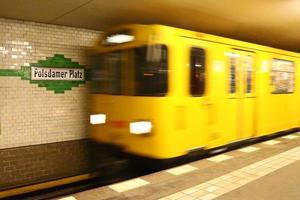 tunnelbanetåg anländer till potsdamer station i berlin foto