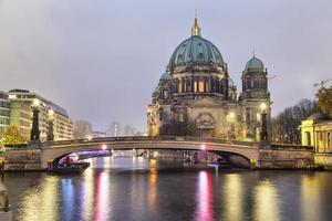 berlin domkyrka och bron över spree floden foto