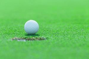 golfboll på gräs på golfbanan, Thailand foto