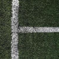 fotbolls- eller fotbollsplan med vita gränslinjer foto