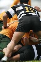 rugbylag i en hög med när de tacklar foto