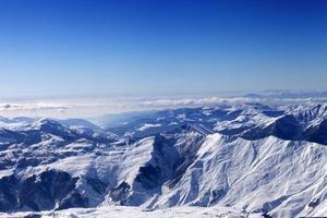 vinter snöiga berg i soldag