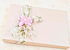 låda med blommaprydnader foto