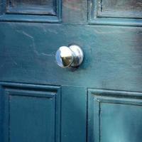 grön blå dörr foto
