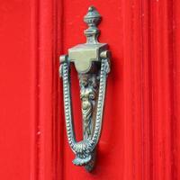röd dörr foto