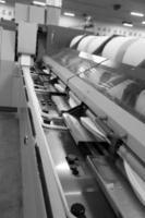 bomullsgrupp i snurrande produktionslinjefabrik foto