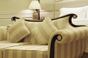 gul randig soffa med två säten foto