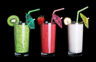 friskt glas smoothiesamlingssmak på svart foto