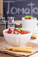tomatsoppa garnerade med bakade tomater foto