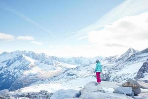 ung kvinna med snowboard foto