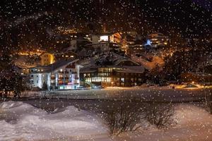 bergen skidort solden österrike på natten foto