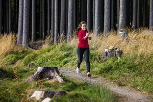 ung kvinna springer utomhus foto