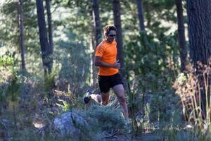 stark löpare i skogen foto