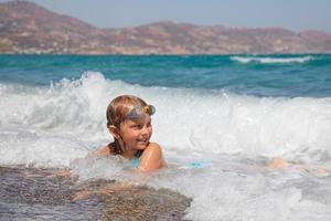 barn på en strand foto