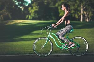 tjej ridning cykel foto