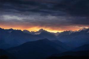 höstlandskap och snötäckta bergstoppar. utsikt över mou foto