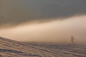 snowboardåkare i höga berg foto