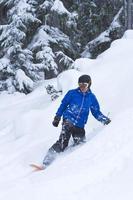 snowboardåkare i djupt pulver. foto