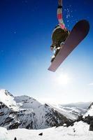 airborn snowboardåkare foto