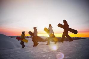 människor på väg till snow boarding koncept foto
