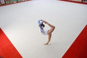 kvinnlig gymnast utför, förhöjd vy foto
