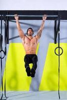 gymnastik tårna för att bar man pull-ups 2 barer träning foto