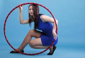sport tjej fitness kvinna dans med hula hoop foto