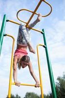 vacker ung gymnast som tränar utomhus foto