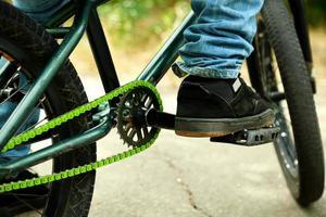 ung pojke på bmx cykel på park foto