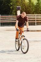 ung man med cykel foto