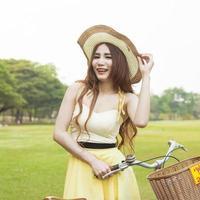 kvinna med cykel på gräsmattan foto