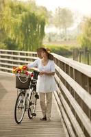 kvinna med cykel