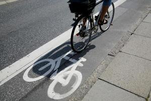 en person som cyklar i en bestämd cykelfält foto