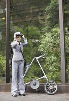 affärskvinna med vikbar cykel