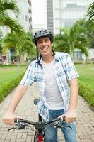 man med en cykel foto